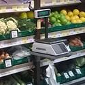 Półki pod wagę na stoisku warzywnym